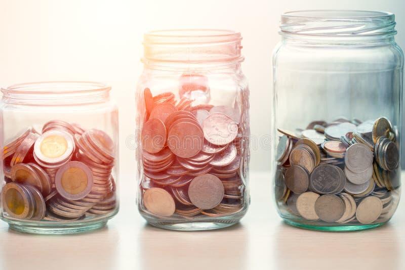 Pers?nliches Finanz- oder Rettungsgeldkonzept, M?nzen gesammelt im Glasgef?? lizenzfreie stockfotos
