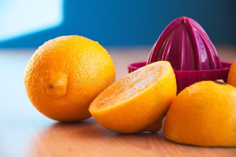 Pers met citroenen die op een houten lijst liggen royalty-vrije stock foto