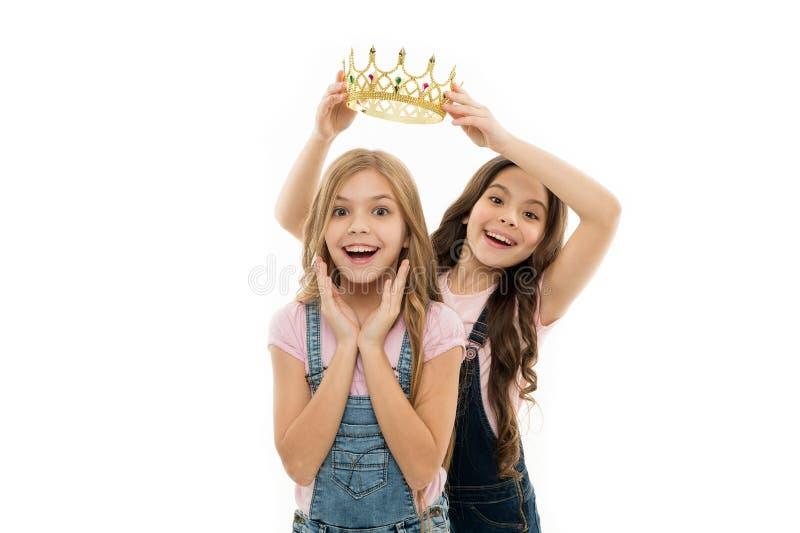Pers?nliche Anerkennung Kind tragen goldene Kronensymbolprinzessin Jedes M?dchen, das gewordene Prinzessin tr?umt Kleine Prinzess stockfotografie