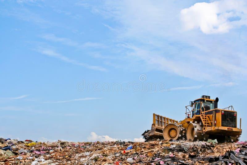 Pers op een heuvel bij een stortplaats stock foto's