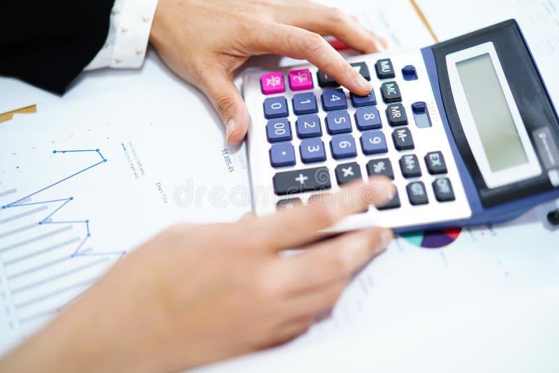 Perscalculator op grafiek en millimeterpapier Financiënontwikkeling, het Bank Rekening, Statistieken, Investering stock afbeelding
