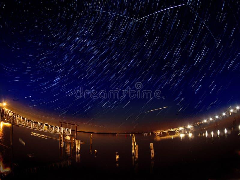 Perseid meteorregn med åtskilliga meteorstrimmor och stjärnaslingor arkivfoto