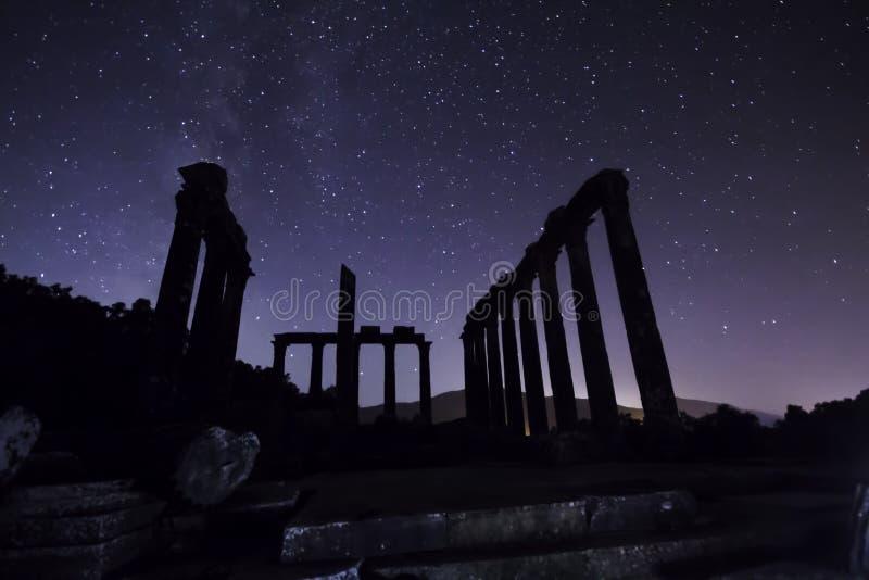 Perseid meteorregn och stjärnor royaltyfri fotografi