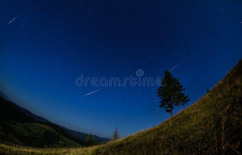 Perseid-Meteorschauer mit klarem Himmel in der Sommerzeit stockbilder