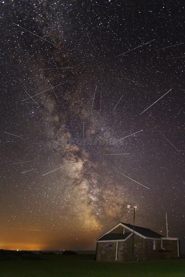 Perseids meteorregn och Vintergatan royaltyfri foto