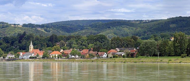 Persenbeug镇的全景多瑙河的银行的 Persenbeug,下奥地利州 免版税图库摄影