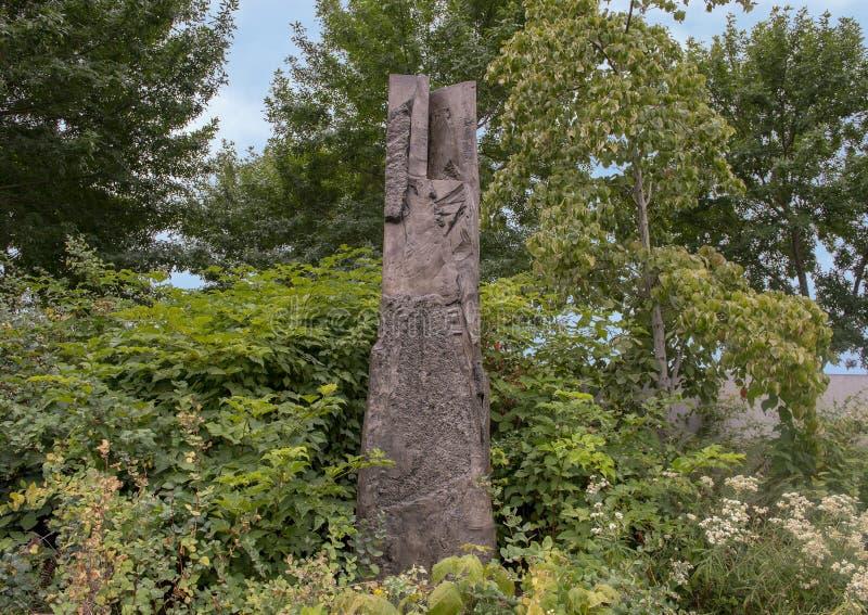 Persephone Unbound por Beverly Pepper, parque olímpico da escultura, Seattle, Washington, Estados Unidos imagens de stock