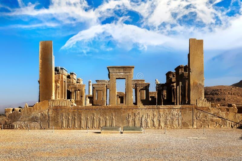 Persepolis é a capital do reino antigo do Achaemenid vista de Irã Pérsia antiga Fundo do céu azul e das nuvens imagens de stock