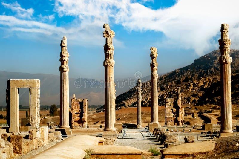 Persepolis ist die Hauptstadt des alten Achaemenidkönigreiches Alte Spalten Anblick vom Iran Altes Persien Blauer Himmel und Wolk lizenzfreie stockfotografie