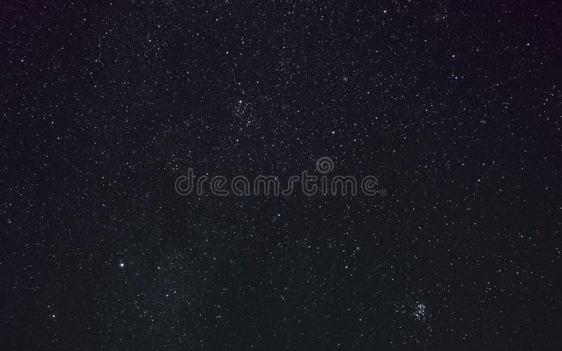 Perseus, Pleiades i inni gwiazdozbiory na drodze mlecznej w nocnym niebie, zdjęcie royalty free