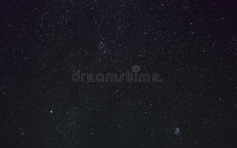 Perseus, Pleiades und andere Konstellationen auf der Milchstraße im nächtlichen Himmel lizenzfreies stockfoto