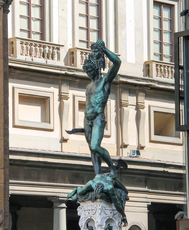 Perseus som rymmer huvudet av medusaen av Benvenuto Cellini arkivfoton