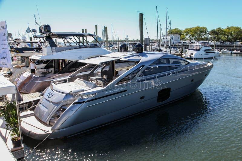 Pershing 70 jachtu eksponat od Ferretti grupy w Norwalk łódkowatym przedstawieniu obrazy royalty free