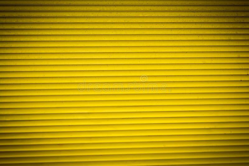 Persiana enrrollable amarilla para los fondos imagen de archivo