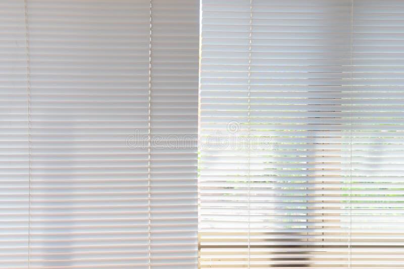 Persianas blancas de las cortinas imagenes de archivo