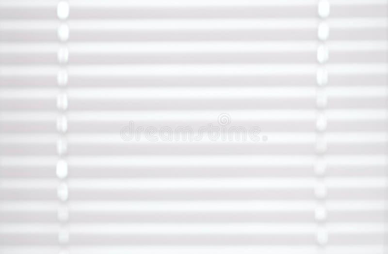 Persianas de la textura blanca del color en la ventana blur imagenes de archivo