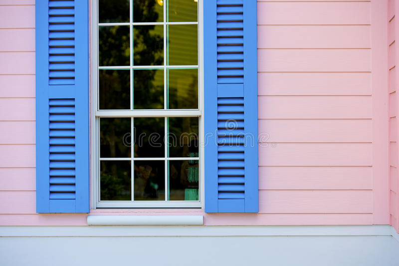 Persianas de ventana azules abiertas fotos de archivo