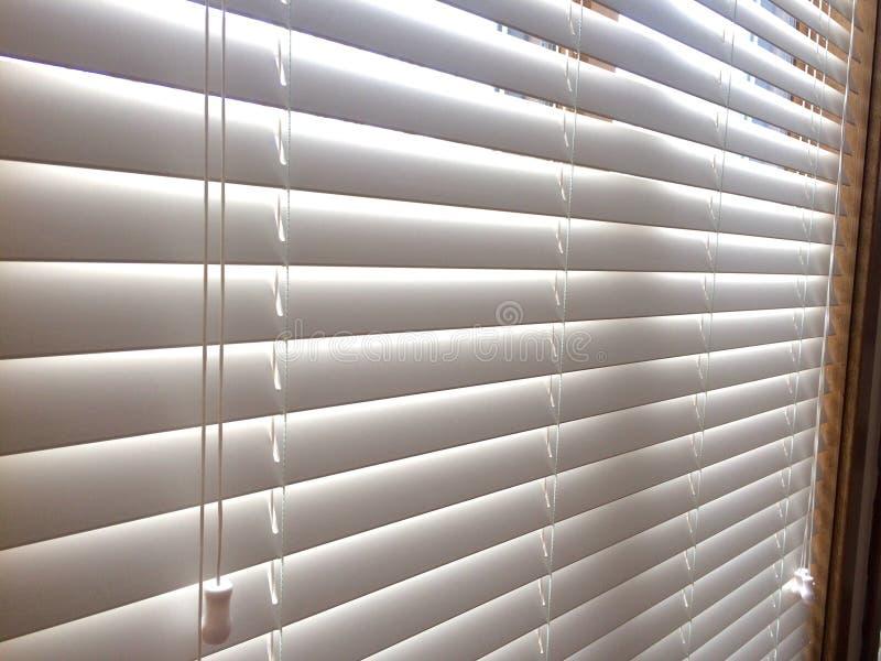Persianas de ventana de madera blancas foto de archivo libre de regalías