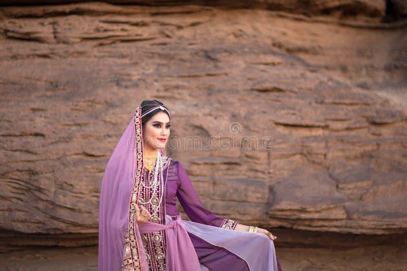 Persien eller Iran kvinna` s i persia den traditionella klänningen vaggar backgrou royaltyfria bilder