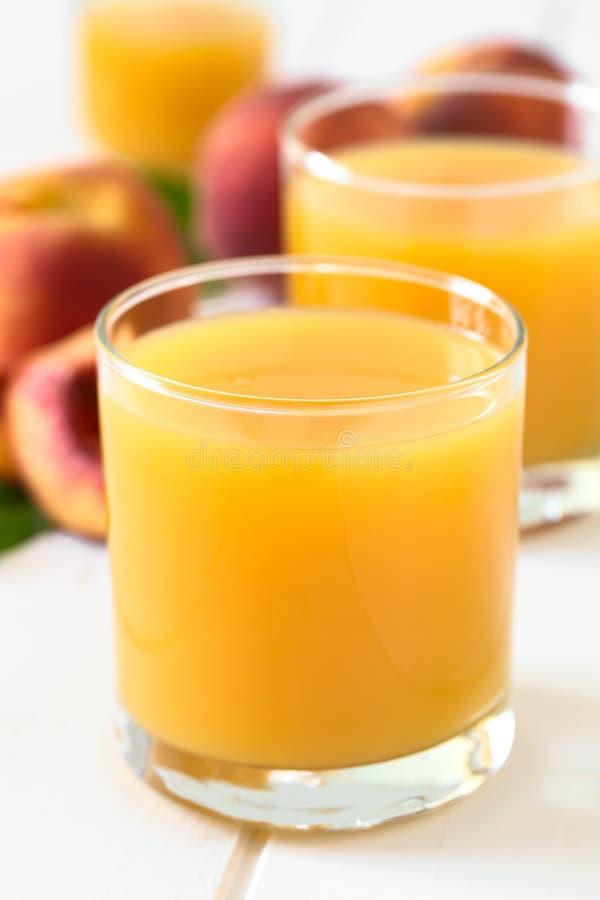 Persikafruktsaft eller nektar arkivfoton