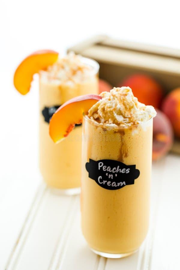 Persikor och kräm- kall drink royaltyfri foto