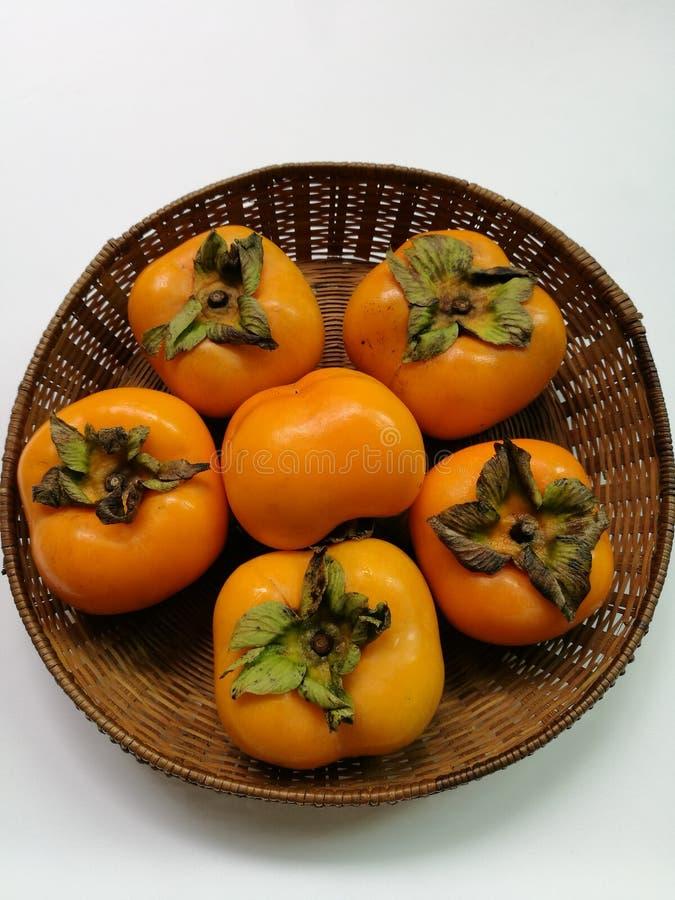 Persimmon owoc w koszu obraz stock