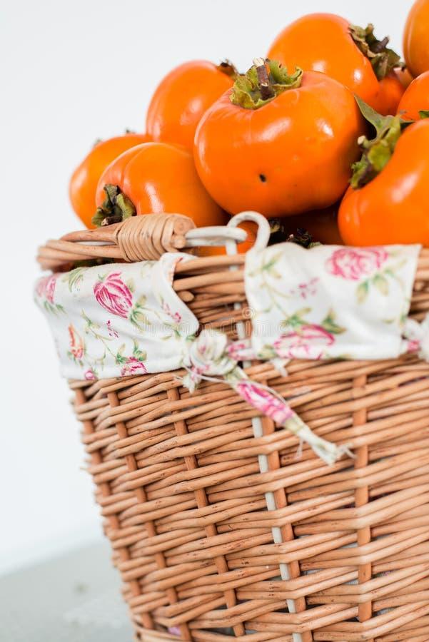 Persimmon owoc w koszu obrazy royalty free
