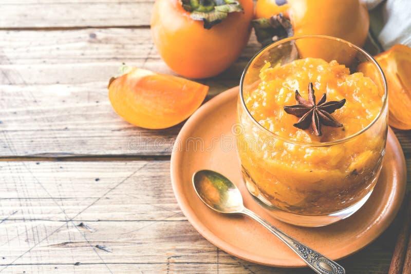 Persimmon owocowy smoothie z cynamonem i anyżem gra główna rolę, drewniana stół kopii przestrzeń obraz royalty free