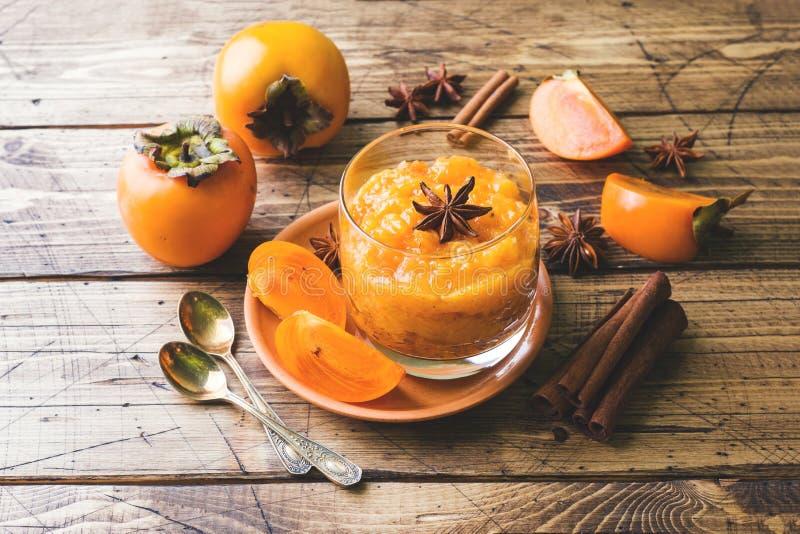 Persimmon owocowy smoothie z cynamonem i anyżem gra główna rolę, drewniany stół fotografia stock