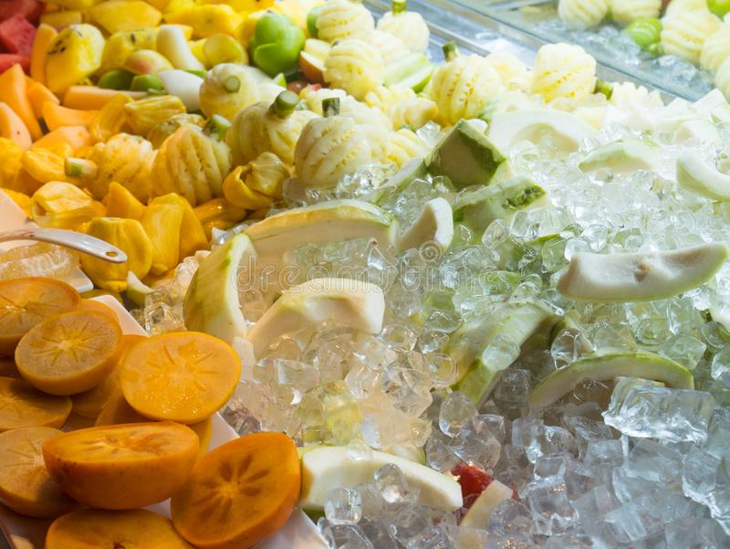 Persimone-Frucht und Ananas gemischt mit Eis-Würfel lizenzfreie stockfotos