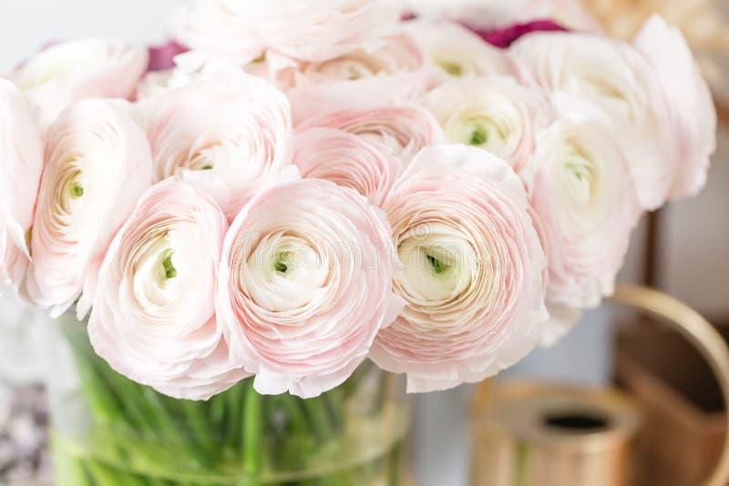 Persische Butterblume Bündel blaß - rosa Ranunculus blüht hellen Hintergrund Glasvase auf rosa Weinleseholztisch lizenzfreie stockbilder