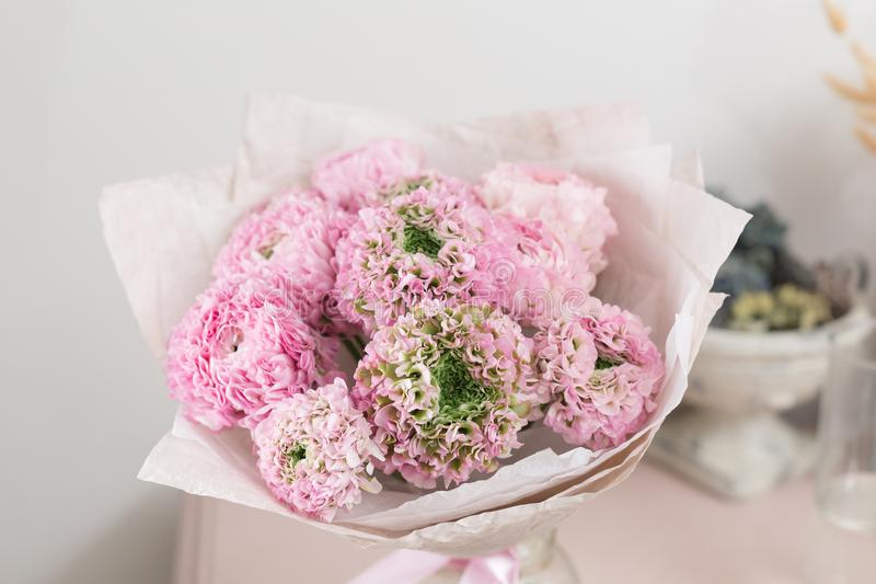 Persische Butterblume Spitze mit vielen Blumenblättern Bündel blaß - rosa Ranunculus blüht hellen Hintergrund tapete lizenzfreie stockbilder