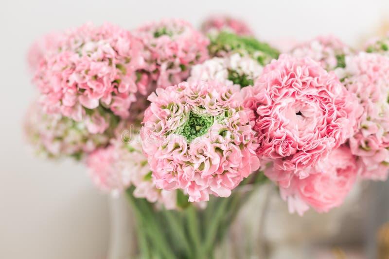 Persische Butterblume Spitze mit vielen Blumenblättern Bündel blaß - rosa Ranunculus blüht hellen Hintergrund tapete lizenzfreie stockfotografie