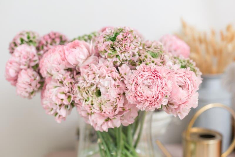 Persische Butterblume Spitze mit vielen Blumenblättern Bündel blaß - rosa Ranunculus blüht hellen Hintergrund tapete stockfoto