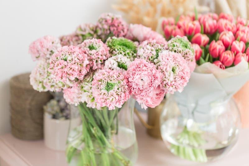 Persische Butterblume Spitze mit vielen Blumenblättern Bündel blaß - rosa Ranunculus blüht hellen Hintergrund tapete stockbilder