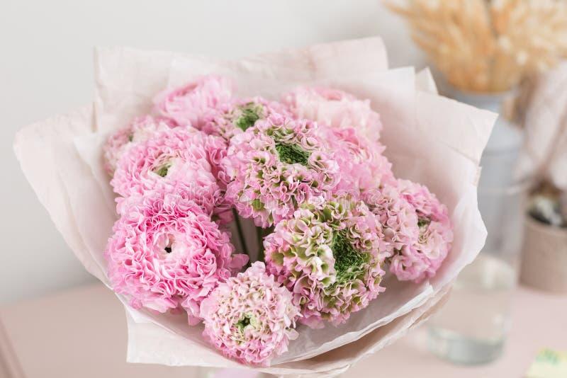 Persische Butterblume Spitze mit vielen Blumenblättern Bündel blaß - rosa Ranunculus blüht hellen Hintergrund tapete lizenzfreies stockbild