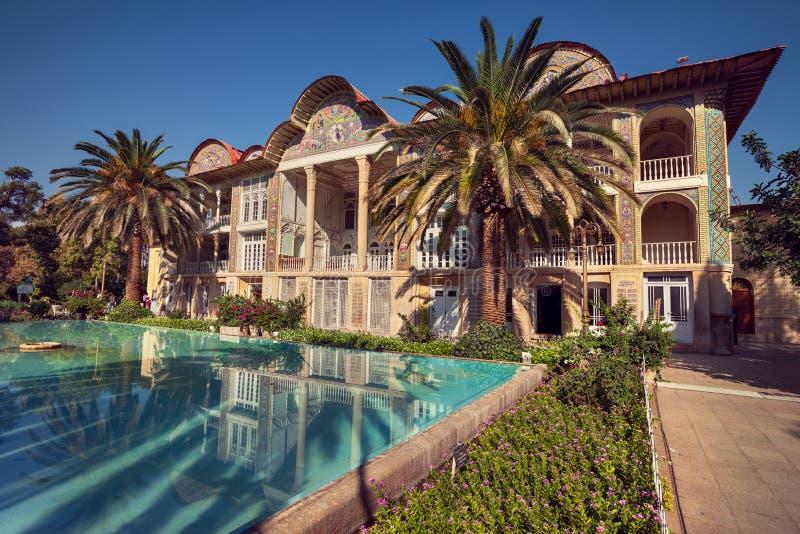 Persischer Pavillon von Eram-Garten und von seiner Reflexion auf dem Pool in der Stadt von Shiraz stockbild