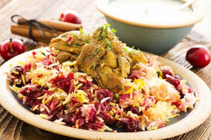 Persisches Polo mit Sauerkirschen und Huhn lizenzfreie stockfotografie