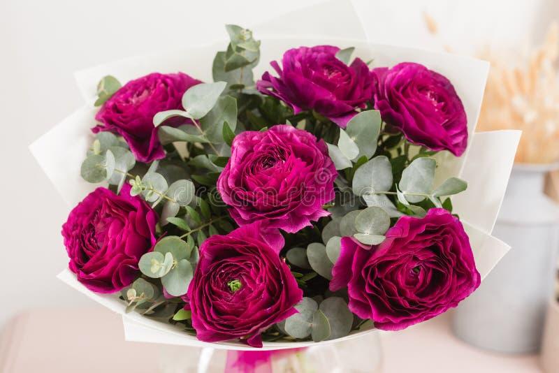 Persisk buttercup snöra åt med många kronblad Blommar den violetta ranunculusen för gruppen ljus bakgrund wallpaper royaltyfri bild