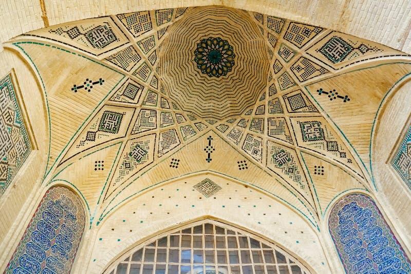 Persisk modell för kupoltaktegelsten och för mosaiktegelplattor i Shiraz, Iran royaltyfri bild