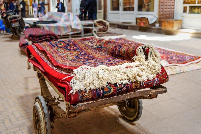 Persiska mattor och filtavsnitt i storslagen basar i Tabriz Östligt Azerbajdzjan landskap iran arkivfoton