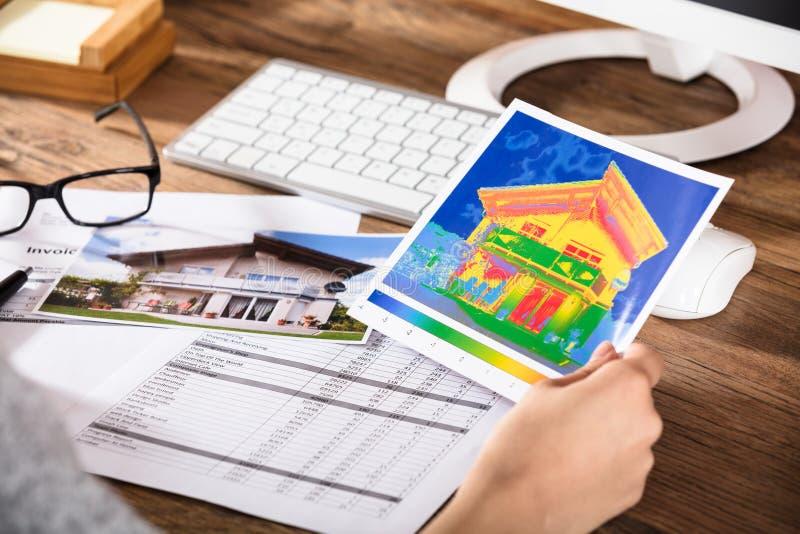 Person Analyzing The Thermal Image de uma casa imagens de stock royalty free