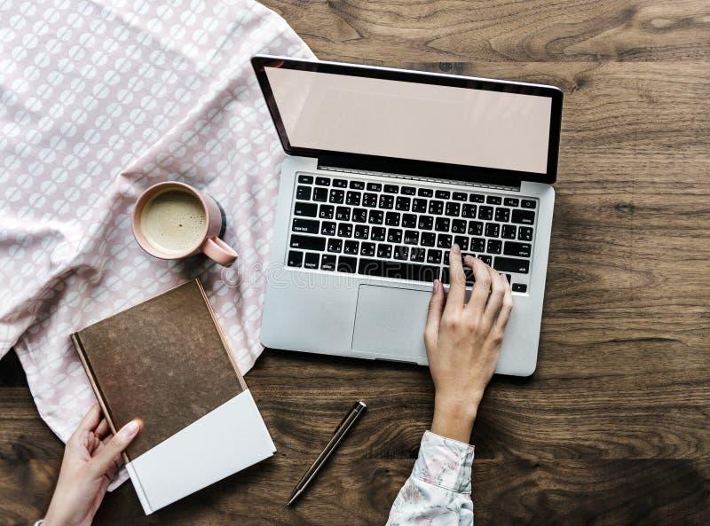 Person berührt Tastatur von Notebooks lizenzfreie stockfotografie