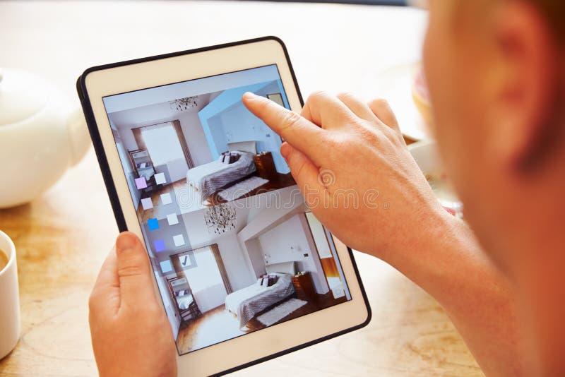 Person At Breakfast With Decorating APP sur la Tablette de Digital photo stock