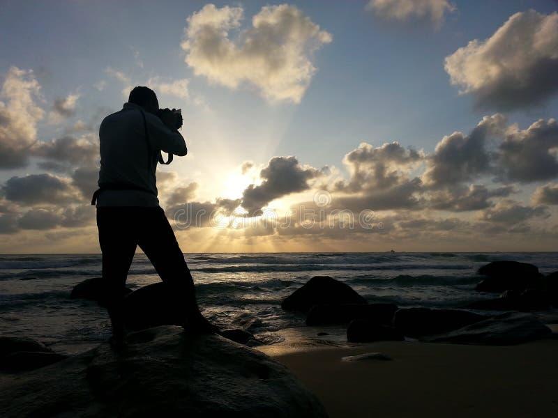 Person Capturing Photo Near Sea Sob O Céu Nebuloso Azul E Branco Claro Durante O Dia Domínio Público Cc0 Imagem