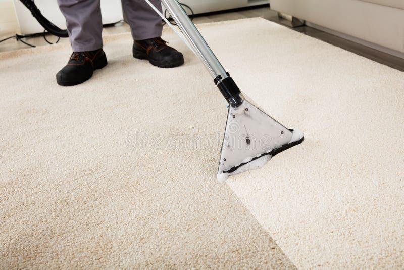Person Cleaning Carpet With Vacuum-Reinigingsmachine royalty-vrije stock fotografie