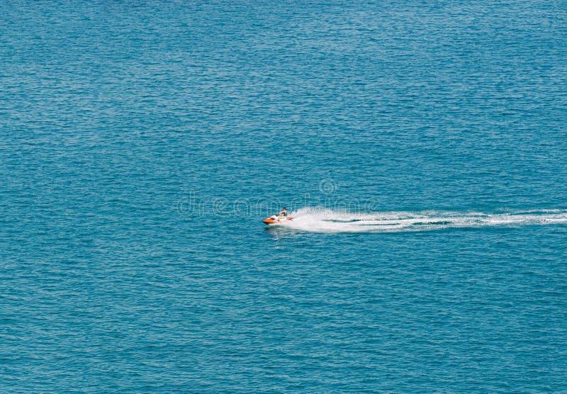 Person Cruising el mar Mediterráneo imagenes de archivo