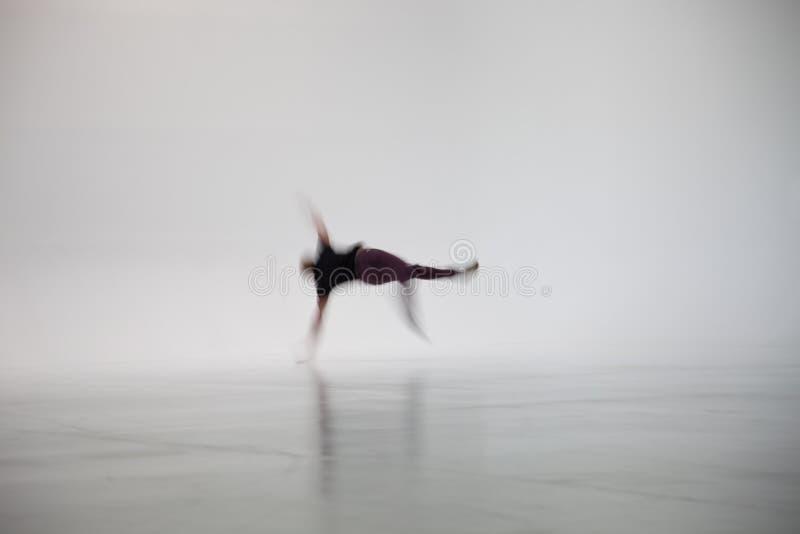 Person Dancing borroso en el estudio blanco foto de archivo libre de regalías
