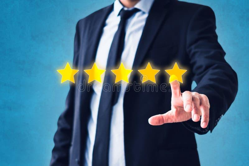 Person, die auf Fünf-Sternebericht, Kostümfeedbackkonzept - Veranschlagen mit fünf Sternen zeigt lizenzfreie stockfotos