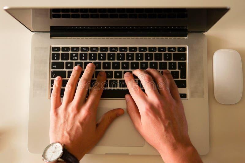 Person, die auf Laptop-Computer schreibt stockfotos
